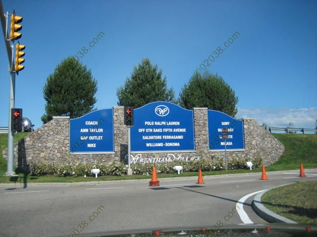 wrentham-premium-outlets-entrance.jpg